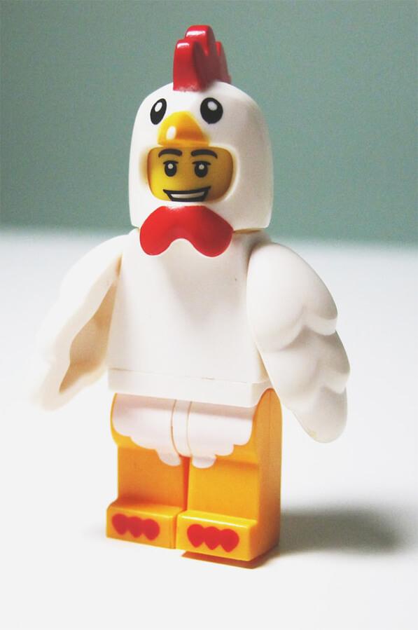 figurine lego déguisée en poule